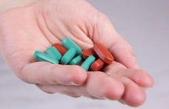 Píldoras que mienten en la palma de la mano Imagen de archivo