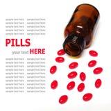 Píldoras que se derraman fuera de una botella de píldora aislada en el fondo blanco Imagen de archivo