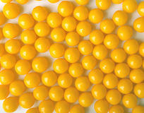 Píldoras redondas amarillas, como vitaminas foto de archivo