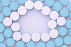 Píldoras redondas azules y blancas Fotografía de archivo libre de regalías