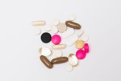 Píldoras redondas multicoloras, cápsulas duras y suaves ovales Imagen de archivo libre de regalías