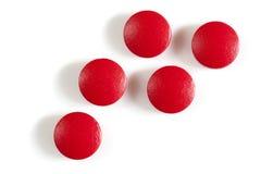 Píldoras rojas del suplemento del hierro aisladas Fotos de archivo