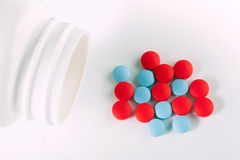 Píldoras rojas y azules de la droga Imágenes de archivo libres de regalías