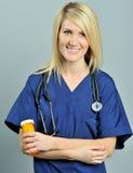 Píldoras rubias bastante jovenes del profesional del cuidado médico Imágenes de archivo libres de regalías
