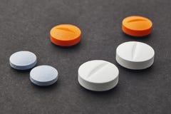Píldoras sobre un fondo negro Tratamiento del medicamento Cuidado médico fotos de archivo libres de regalías