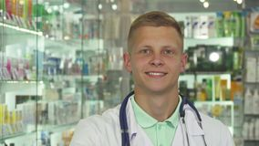 Píldoras sonrientes y de levantamientos del doctor en la cámara fotografía de archivo libre de regalías