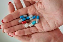 Píldoras, tabletas y cápsulas farmacéuticas clasificadas coloreadas de la medicina imagen de archivo libre de regalías