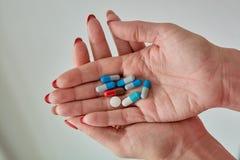 Píldoras, tabletas y cápsulas farmacéuticas clasificadas coloreadas de la medicina foto de archivo libre de regalías