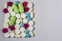 Píldoras, tabletas y cápsulas farmacéuticas clasificadas de la medicina Fondo de las píldoras Montón de las diversas tabletas cla imágenes de archivo libres de regalías