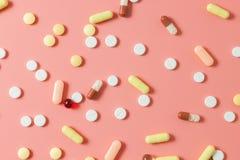Píldoras, tabletas y cápsulas farmacéuticas clasificadas de la medicina fotografía de archivo libre de regalías