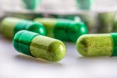 Píldoras tablillas Cápsula Montón de píldoras Fondo médico Primer de la pila de tabletas del verde amarillo Fotos de archivo