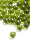 Píldoras verdes de la cápsula aisladas Imagenes de archivo
