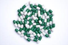 Píldoras verdes y blancas foto de archivo