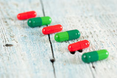 Píldoras verdes y rojas Foto de archivo libre de regalías