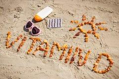 Píldoras, vitamina D de la inscripción y accesorios médicos para tomar el sol en la playa, prevención de la deficiencia de la vit Imagen de archivo libre de regalías