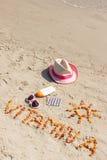 Píldoras, vitamina A de la inscripción y accesorios médicos para tomar el sol en la arena en el moreno de la playa, sano, hermoso Foto de archivo