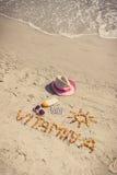 Píldoras, vitamina A de la inscripción y accesorios médicos para tomar el sol en la arena en el moreno de la playa, sano, hermoso Fotografía de archivo