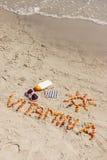 Píldoras, vitamina A de la inscripción y accesorios médicos para tomar el sol en la playa, concepto de moreno sano, hermoso y dur Fotos de archivo libres de regalías