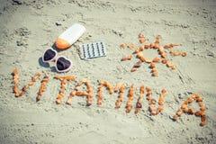 Píldoras, vitamina A médica de la inscripción y accesorios para tomar el sol en la playa, sanos Imagen de archivo