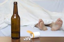 Píldoras y botella Imagen de archivo libre de regalías