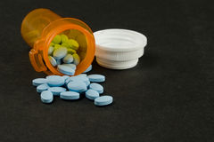 Píldoras y botella azules Fotos de archivo