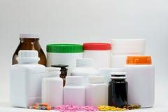 Píldoras y botellas con el casquillo Foto de archivo