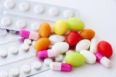 Píldoras y cápsulas imagenes de archivo