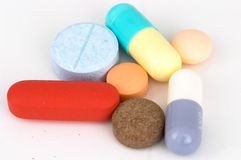 Píldoras y cápsulas clasificadas en el fondo blanco Foto de archivo libre de regalías