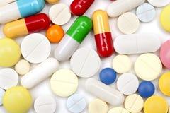 Píldoras y cápsulas coloreadas clasificadas Foto de archivo