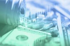 Píldoras y dólar americano Concepto del financiamiento de la atención sanitaria imagen de archivo