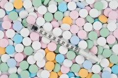 Píldoras y drogas coloridas imagen de archivo libre de regalías