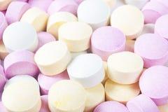 Píldoras y drogas coloridas de la medicina en cierre para arriba Diferentes tipos de tabletas multicoloras Píldoras clasificadas  fotos de archivo