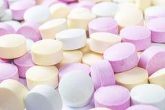 Píldoras y drogas coloridas de la medicina en cierre para arriba Diferentes tipos de tabletas multicoloras Píldoras clasificadas  imagenes de archivo