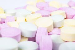 Píldoras y drogas coloridas de la medicina en cierre para arriba Diferentes tipos de tabletas multicoloras Píldoras clasificadas  imagen de archivo libre de regalías