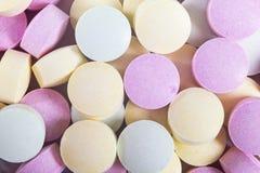 Píldoras y drogas coloridas de la medicina en cierre para arriba Diferentes tipos de tabletas multicoloras Píldoras clasificadas  imágenes de archivo libres de regalías