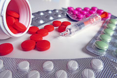 Píldoras y foto de la macro de los medicamentos de la inyección foto de archivo