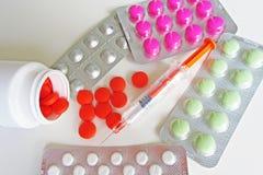 Píldoras y foto de la macro de los medicamentos de la inyección fotografía de archivo libre de regalías