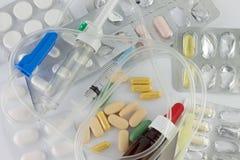 Píldoras y jeringuilla Foto de archivo libre de regalías