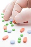 Píldoras y mano Fotografía de archivo