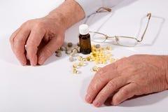 Píldoras y manos Foto de archivo