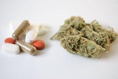 Píldoras y marijuana Imágenes de archivo libres de regalías