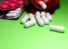 Píldoras y otras drogas para las manipulaciones de doping ilegales Antibiótico y antidepresivo de la farmacia imágenes de archivo libres de regalías