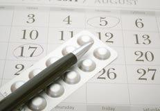 Píldoras y pluma del control de la natalidad Imagenes de archivo