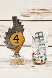 Píldoras y premio en la madera imagenes de archivo