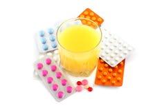 Píldoras y soda anaranjada imagen de archivo libre de regalías