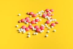 Píldoras y tabletas del amor Fotografía de archivo libre de regalías