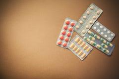 Píldoras y tabletas en paquetes Fotos de archivo