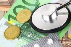 Píldoras y tabletas médicas en dinero euro de los billetes de banco Fotos de archivo libres de regalías