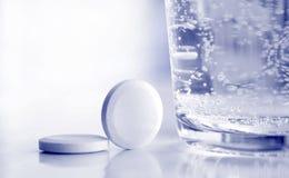 Píldoras y vidrio de agua Fotografía de archivo