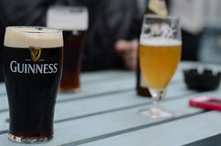 Pół kwarty Guinness i inni piwa na pubu stole zdjęcia stock